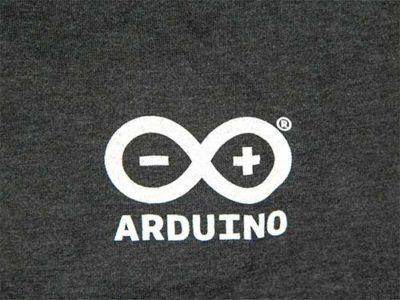Arduino Logo auf grauem T-Shirt