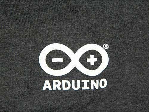Arduino logo op grijs t-shirt